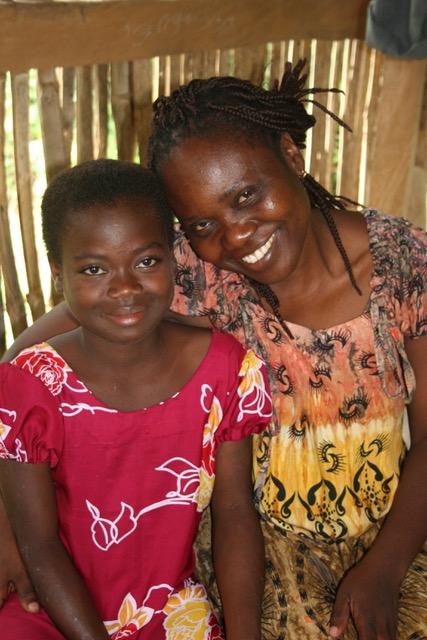 Mana Yevu, la directrice du CAST au Togo, avec Marie-Josée, une enfant placée en famille d'accueil grâce au CAST (2009)